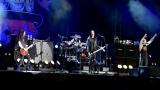 Topfest vypukl, fenomenální kytarista Slash se zpěvákem Mylesem Kennedym  a doprovodnou kapelou The Conspirators si podmanil areál! Neváhejte a doražte si užít druhý den tohoto výjimečného festivalu! (6 / 8)
