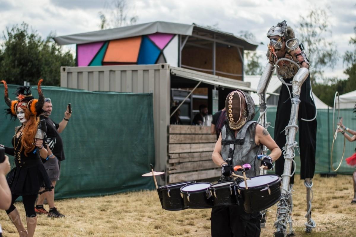 Průvod steampunkových masek během koncertu Cirkus Brothers.