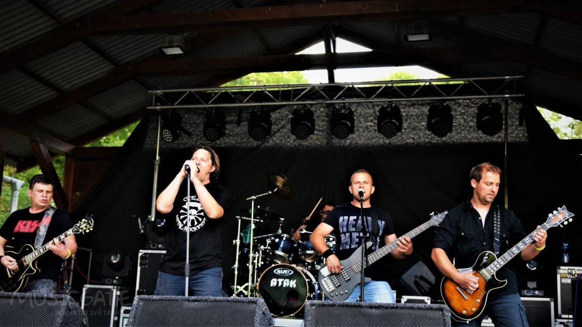 Kulturní akci zahájila kapela Atak, hrající …