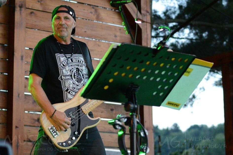 Extra Band revival vystoupí ve složení: …