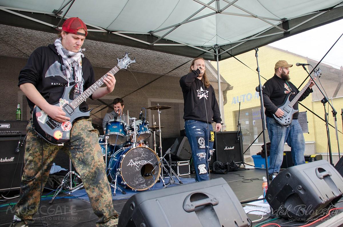 Úvodní punková skupina Knedlofil, pohybující …