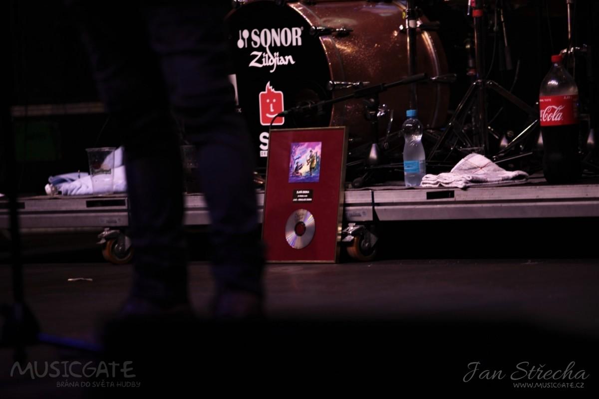 V půlce koncertu byla J.A.R. udělena Zlatá …