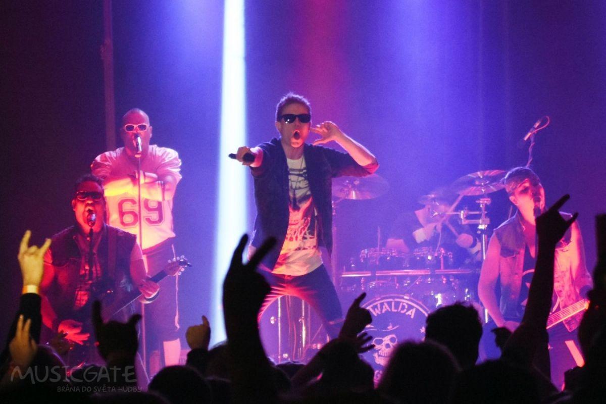 Setmělo se a intro ohlásilo začátek koncertu. …