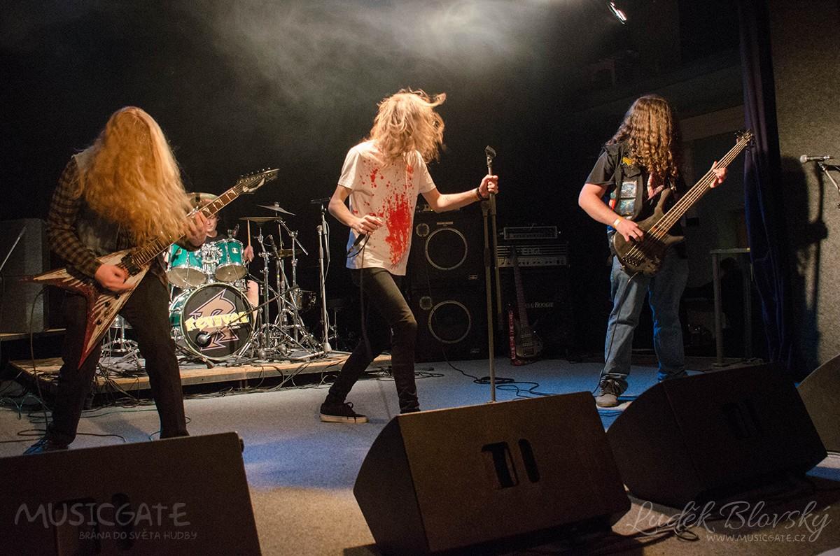 Úvod připadl na vrub death metalové formaci …