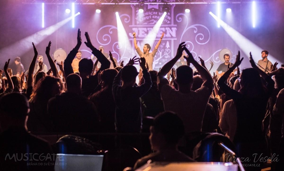 Rozvlněný a rozezpívaný dav si nakonec …