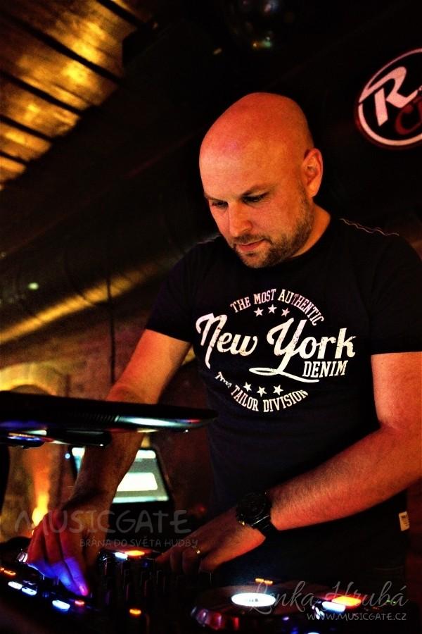 Začátek rozjel DJ LeeMac, který bavil lidi od …