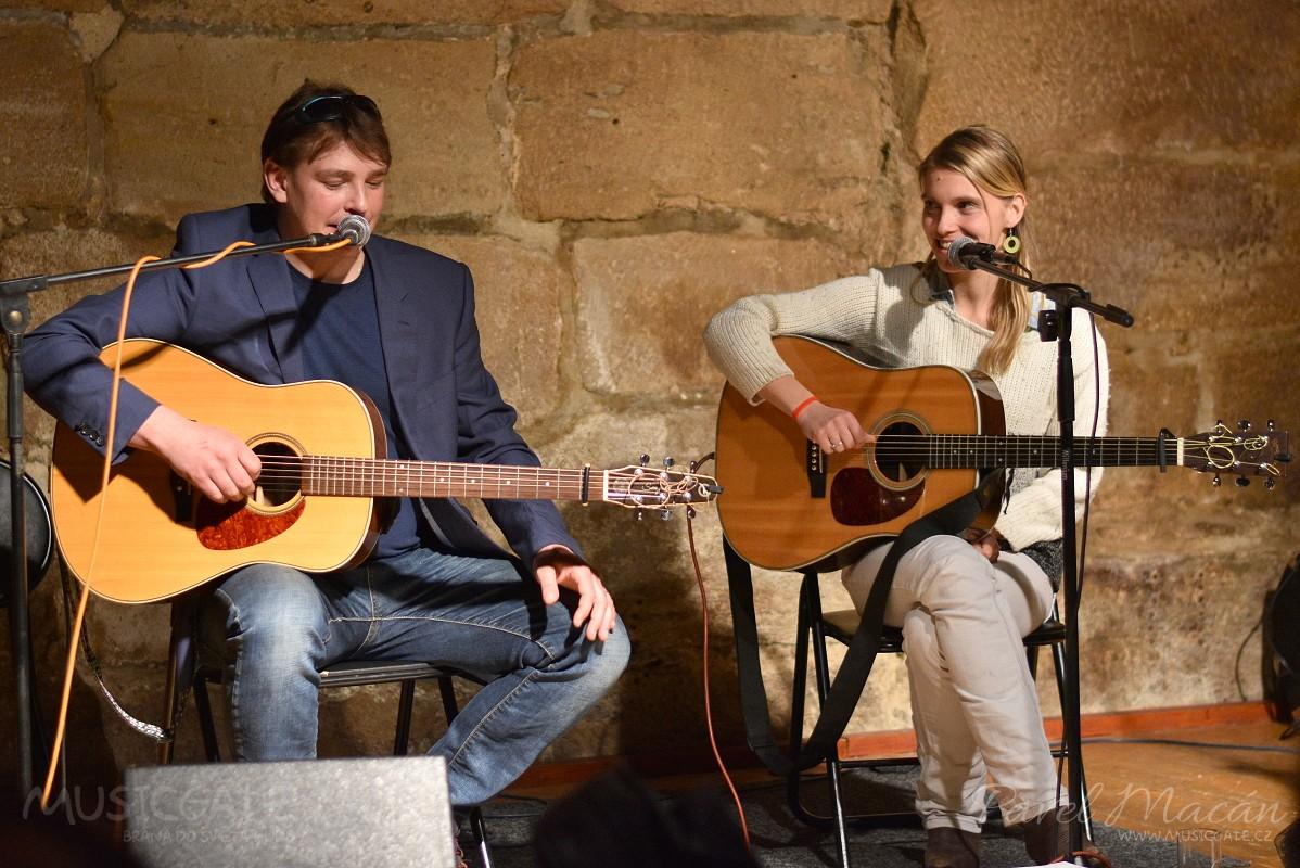 Večer měl spád a na pódiu rozezněla své kytary …