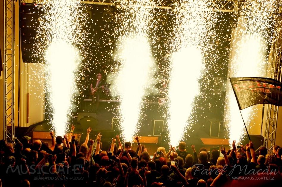 Světla potemněla, na pódiu probíhala rychlá …