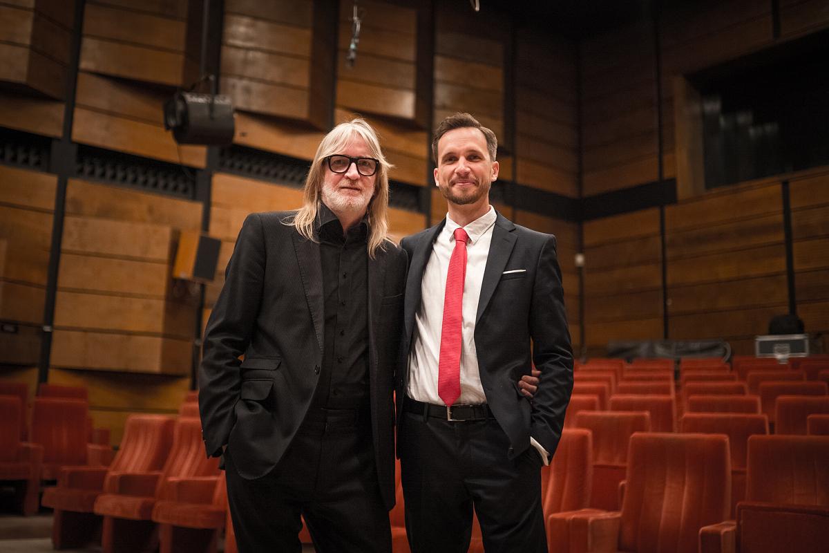 Skladatel, zpěvák a klavírista Michael Hopes …