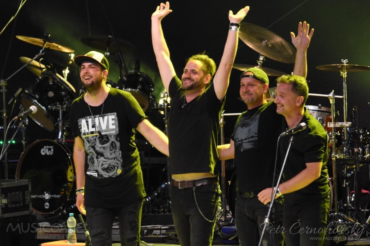 Michal Šindelář s kapelou naskočil na pódium a …