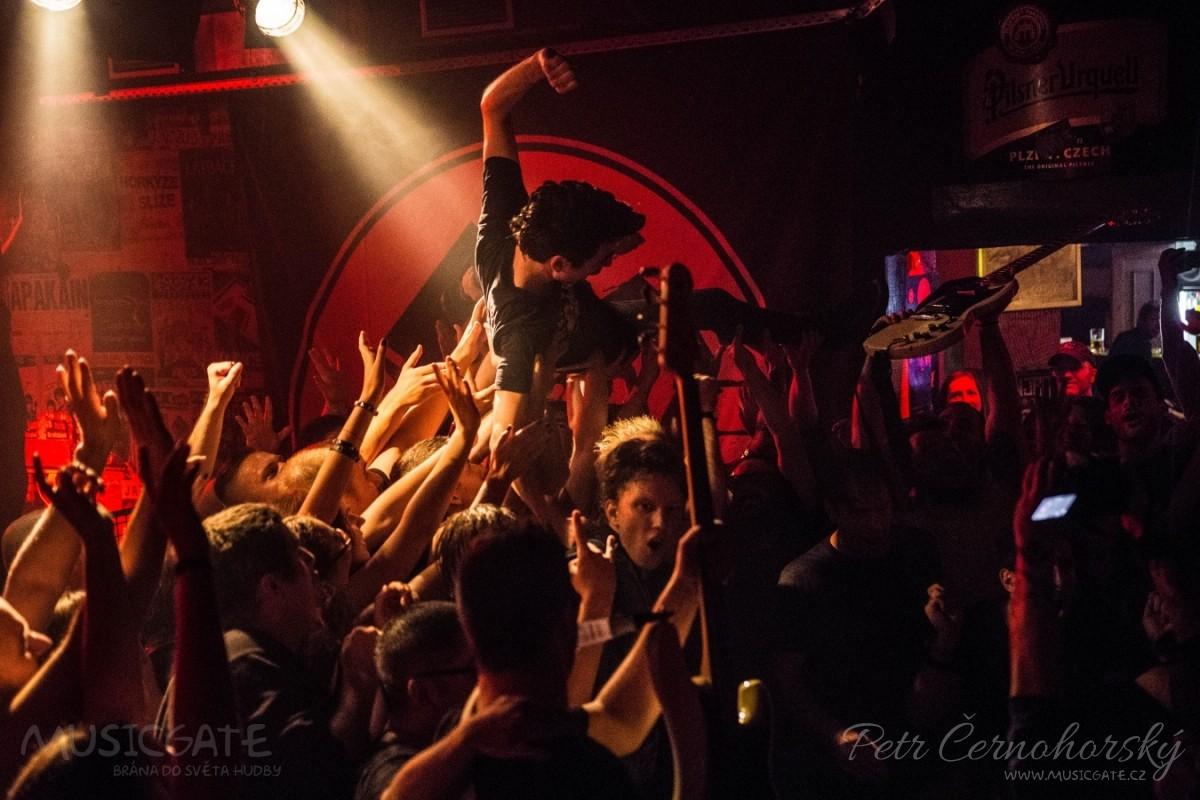 Klub tančil na parketu, na vyvýšeném pódiu u …