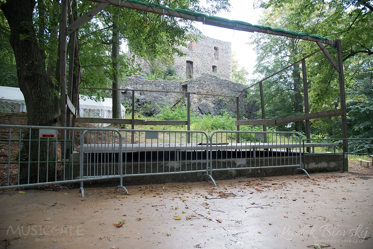 Podhradí starobylého hradu Vlčtejn u Blovic se …