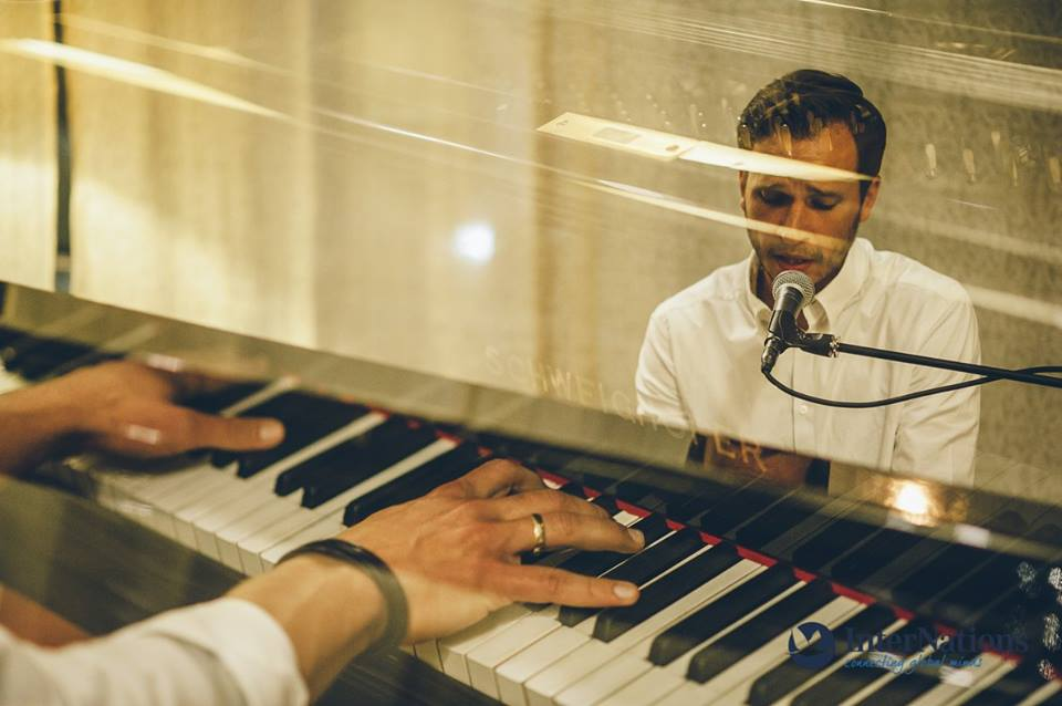 Michael Hopes se naučil hrát na klavír ještě …