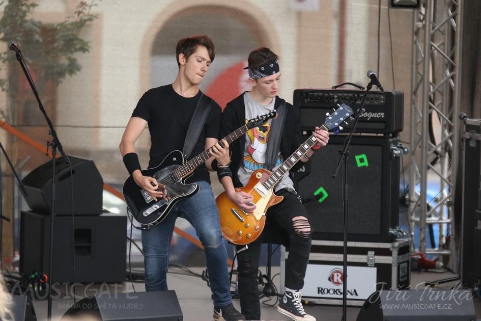 V 15 hodin zahájila rockové odpoledne mladičká …