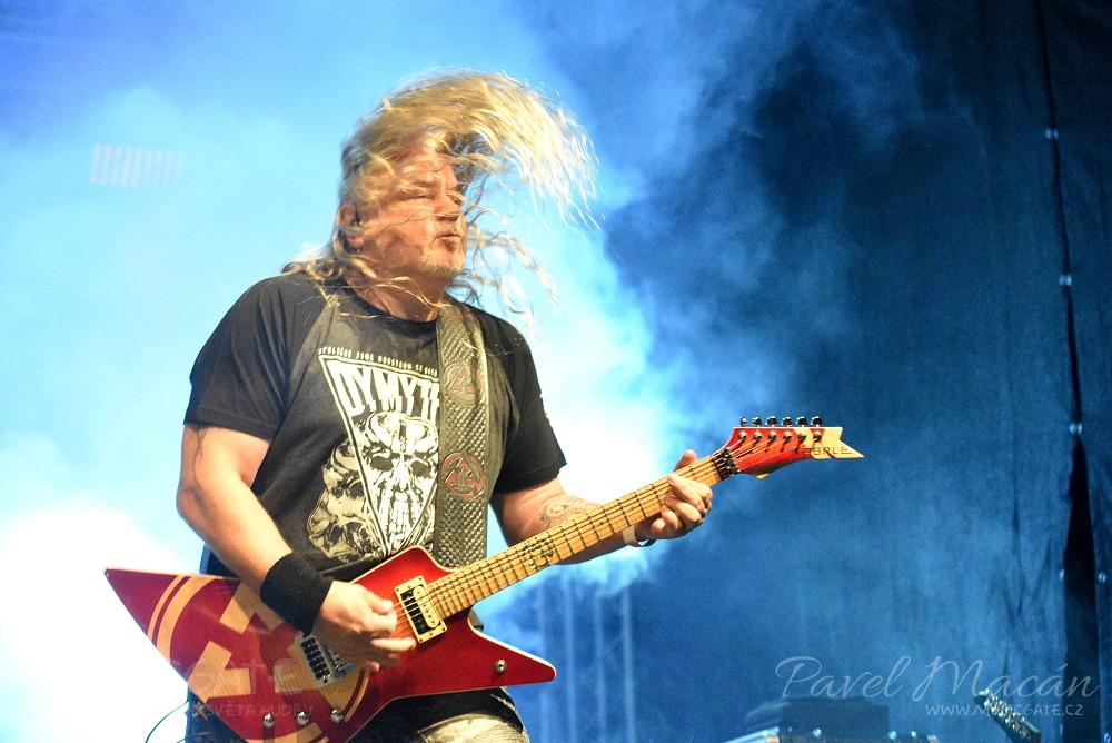Famózní muzika plná nabroušených kytarových …