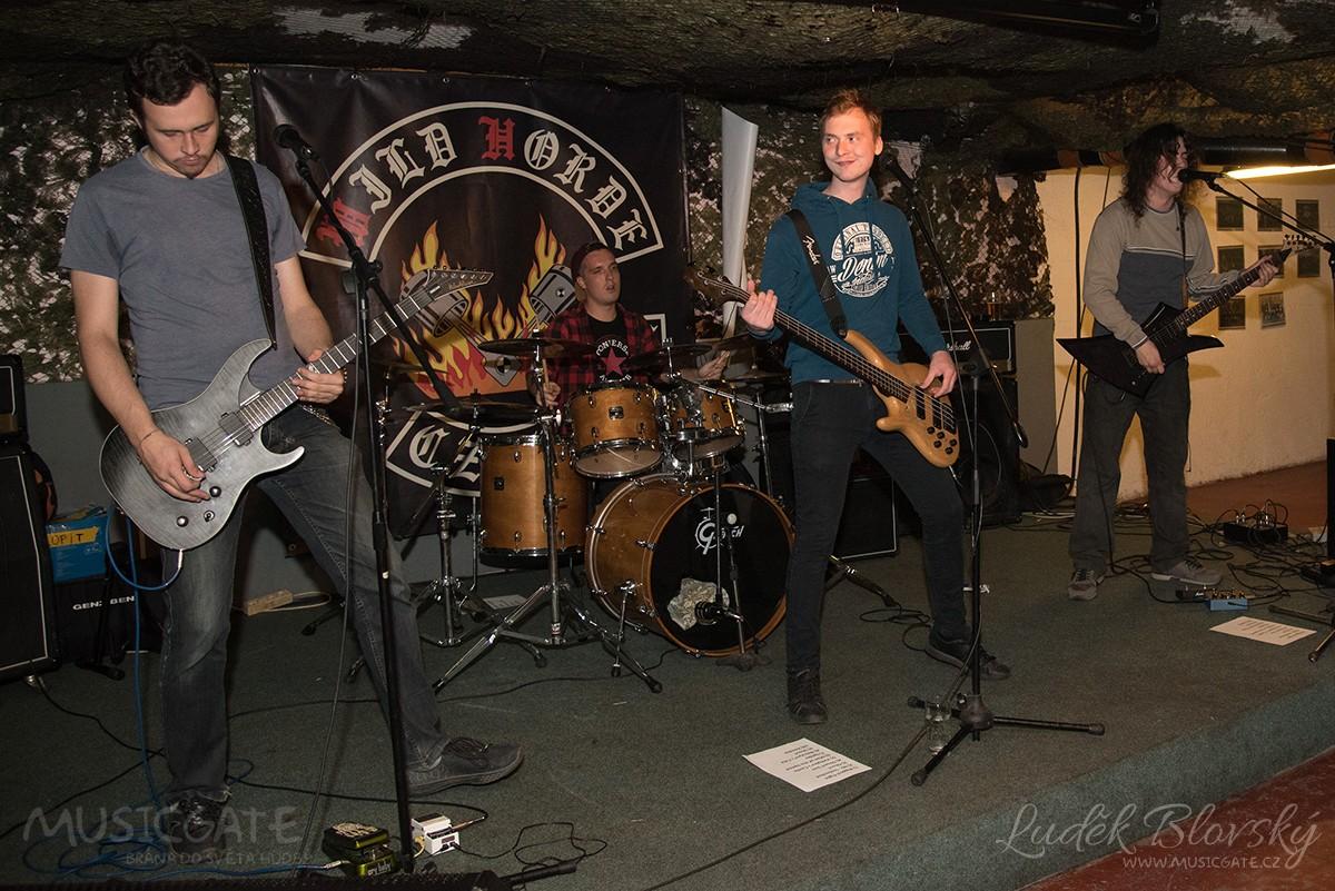 Úvodní, takřka místní thrash metalový …