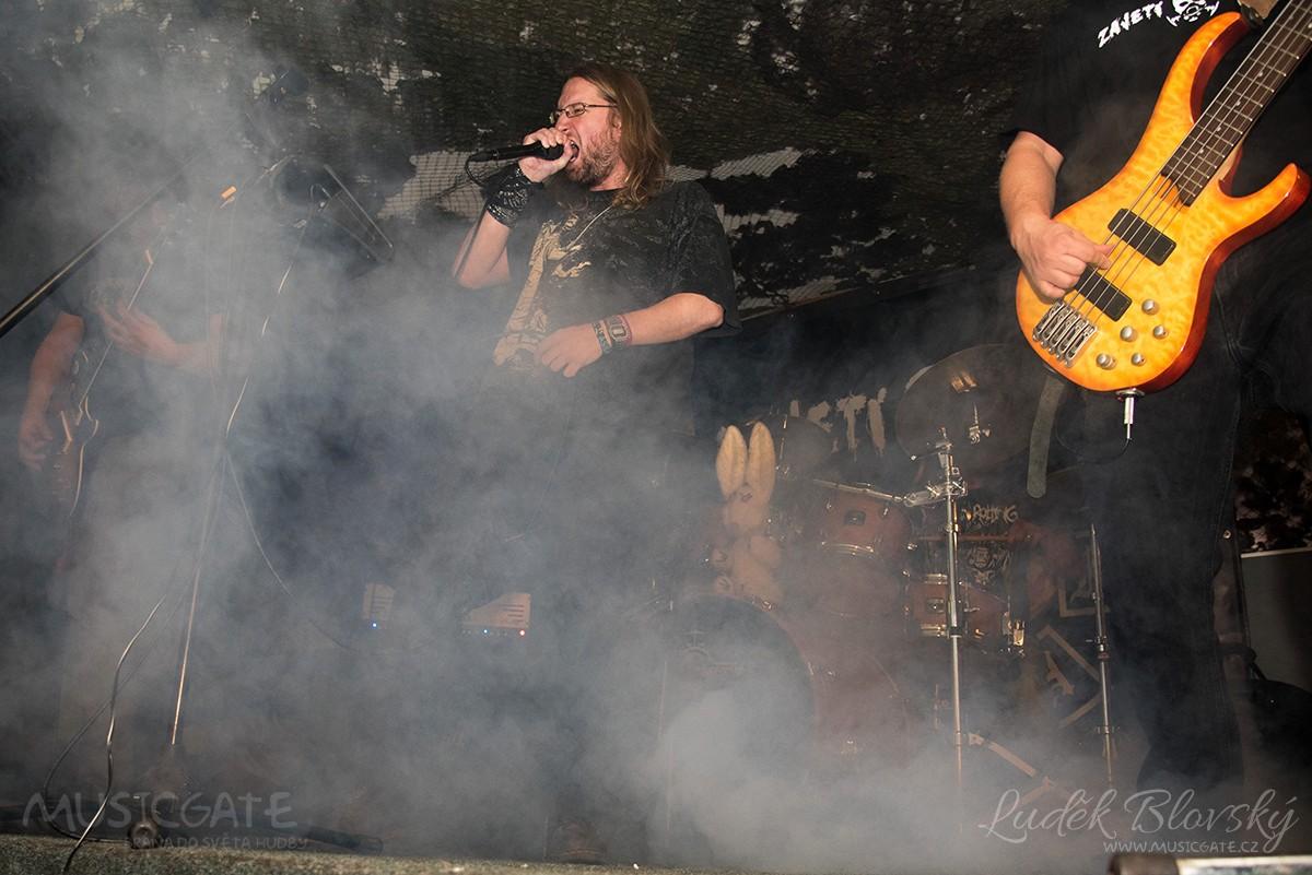 Všude přítomná mlha, rychlé kytarové riffy, …