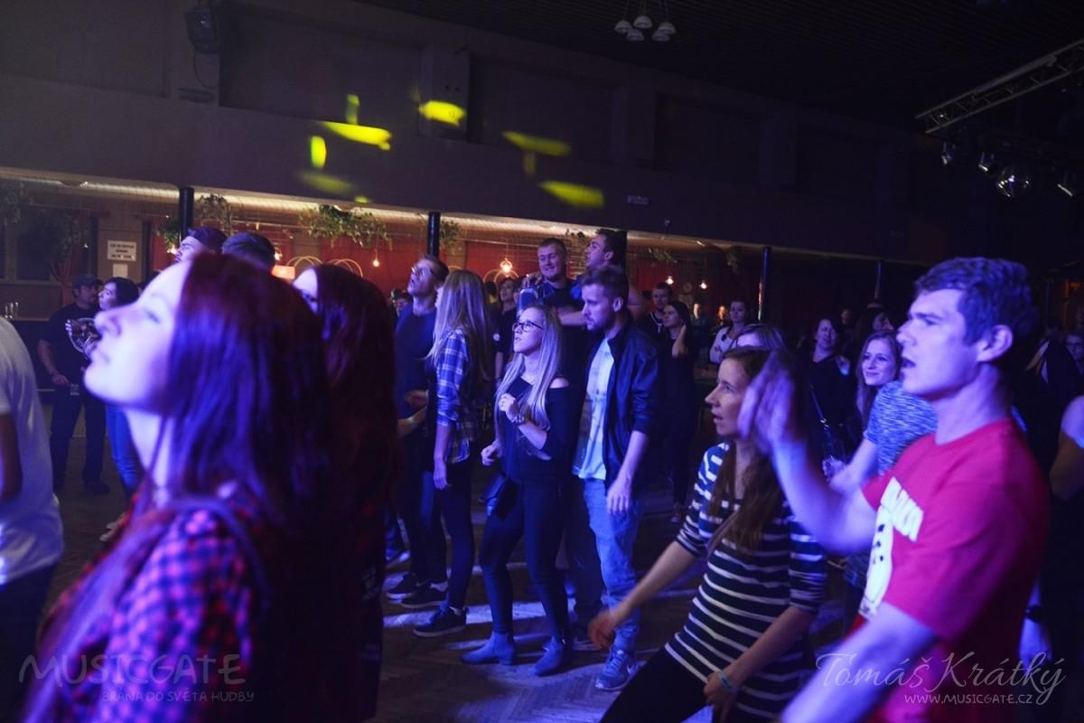 Na závěr večera vystoupila punkrocková grupa z …