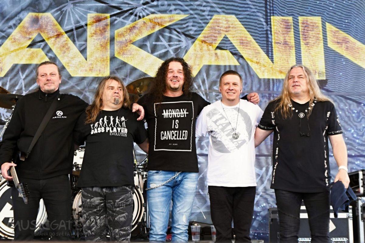 Na podium se chystá punkrocková kapela Honem, …