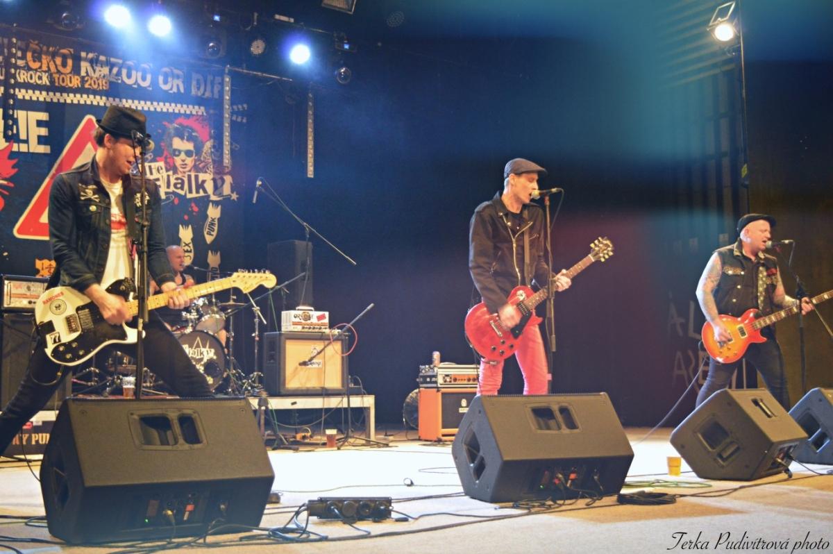 Celovečerní koncert zahájila slánská kapela …