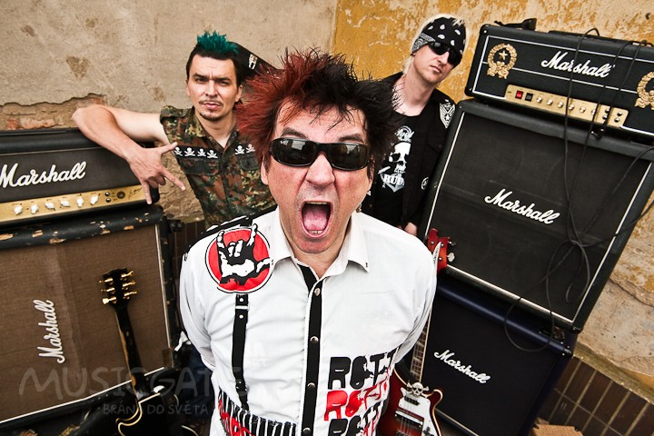 Spiklenecké punkové duo Plexis a Apple juice míří do Plzně.