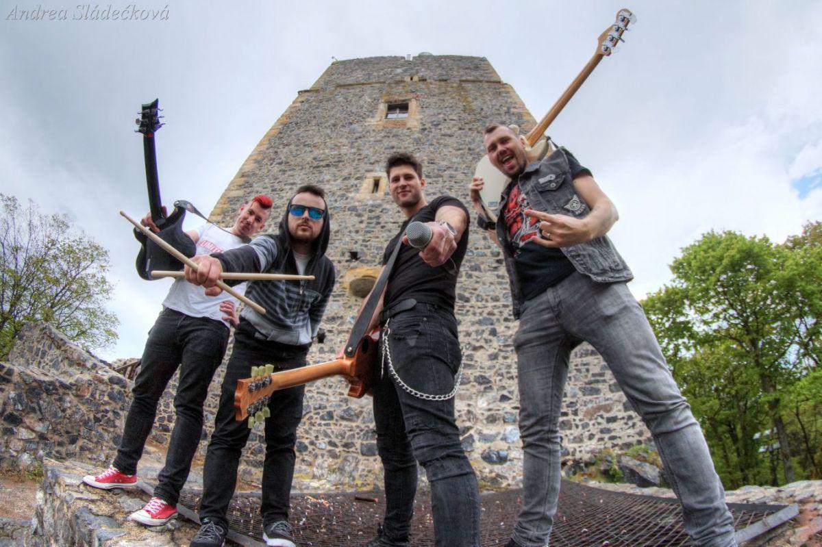 Kapela zakázanÝovoce bojuje proti šikaně novým videoklipem a vyjíždí na turné s Horkýže Slíže