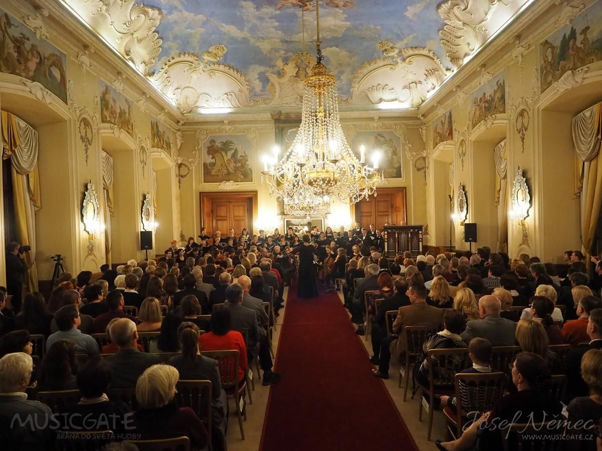 Příbramská filharmonie v zrcadlovém sále dobříšského zámku