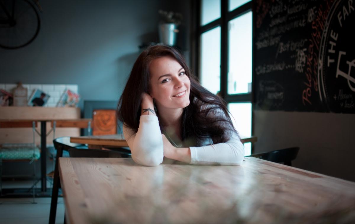Veronika Wildová představuje skladbu a klip Krásnější ženy