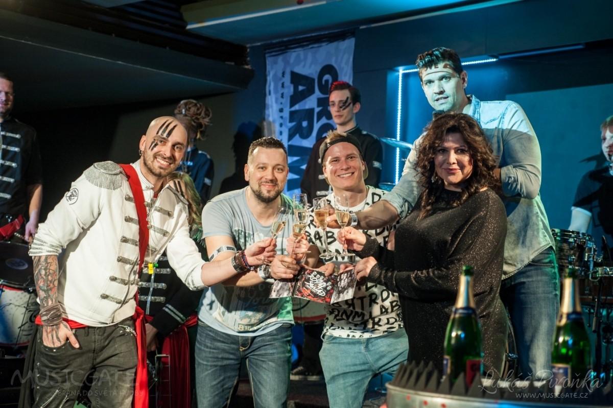 Na křest desky nového hudebního projektu bubeníka Tokhiho dorazila celá řada známých tváří v čele s Ilonou Csákovou, Miro Šmajdou a Michalem Kavalčíkem
