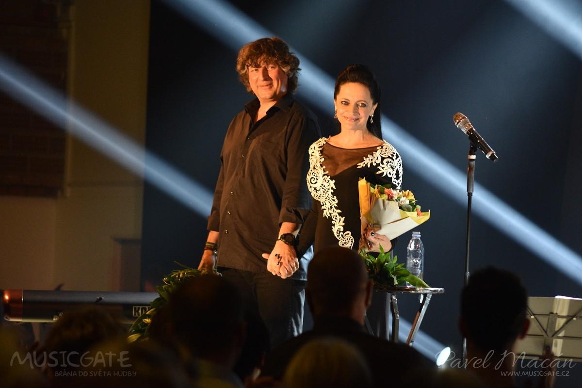 Recitál Lucie Bílé a Petra Maláska dojal publikum ve Vimperku