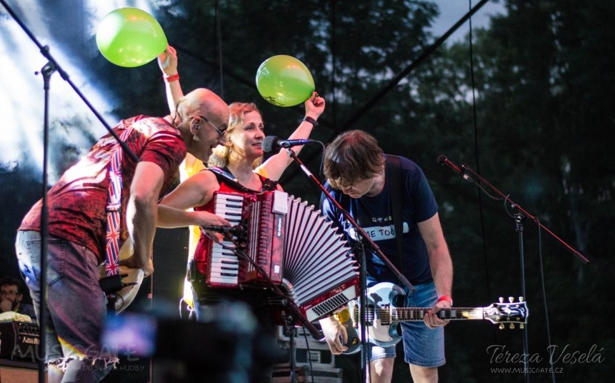 Tradiční třísesterský narozeninový večírek na Braníku nezklamal – kapela letos oslavila 33 let