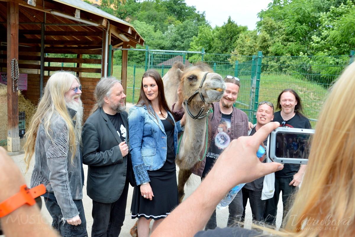 Exkluzivně: Finská metalová megastar NIGHTWISH pokřtila v plzeňské ZOO velblouda / Exclusive news : A metal megastar NIGHTWISH from Finland  named a camel female in zoopark in Plzeň!