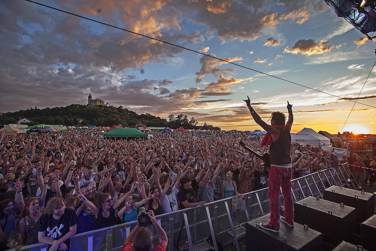 Festival Hrady CZ po Točníku zavítá se Škworem, Tomášem Klusem, J.A.R. nebo Divokým Billem na Kunětickou horu! Nově návštěvníkům nabídne VIP kempy Plus - aneb na festival jako do hotelu!