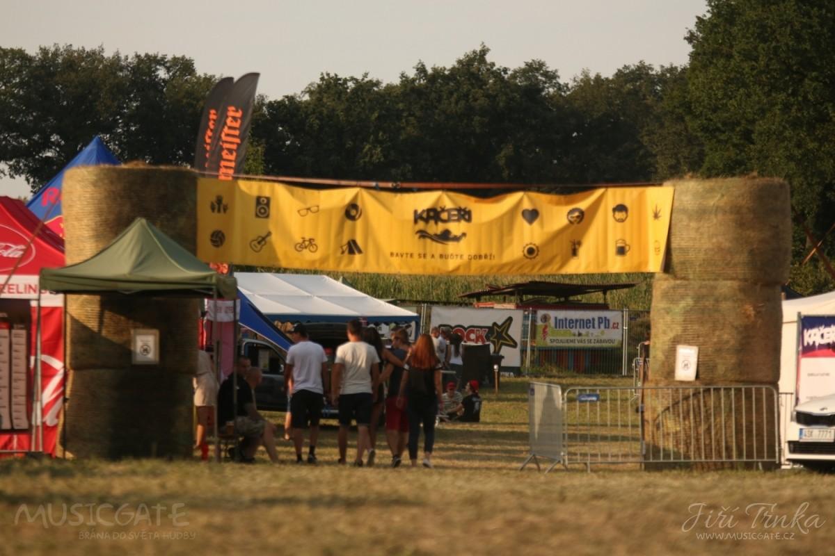 Festival Kačeři je rozjetý na plné obrátky, pátek je za námi, přijďte si užít ještě sobotu.