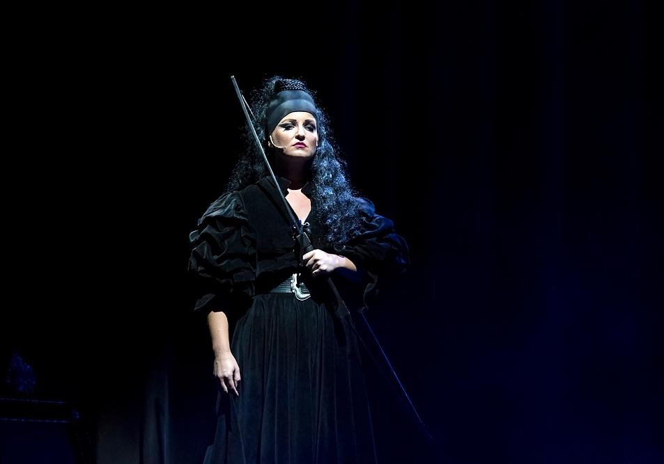 """""""Po jevišti létám s noži, lukem, šípy, tancuji a zpívám, je to zajímavá psycho – hygiena"""", tvrdí zpěvačka Lera o roli v muzikálu Matúš Čák Trenčiansky"""