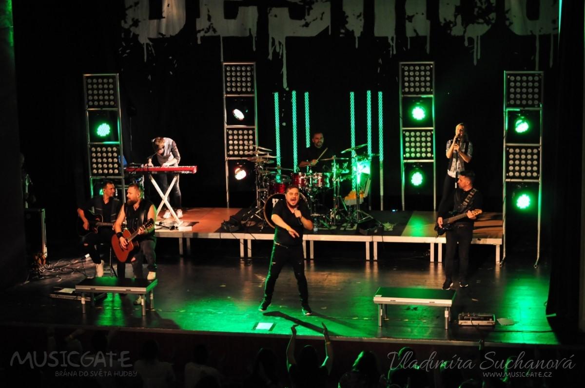 Rockové melodické písničky i smutnější balady si zazpívali fanoušci v Písku s kapelou Desmod