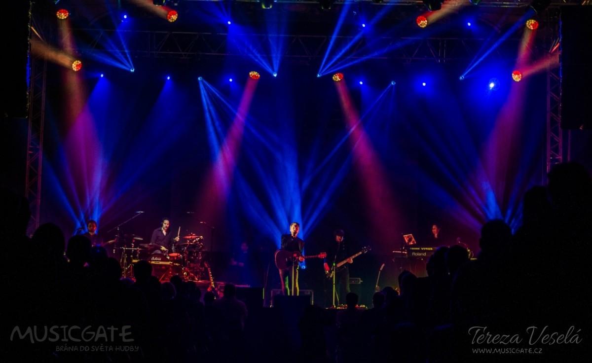 Lucernu unášely vlny chaotických melodií Pink Floyd