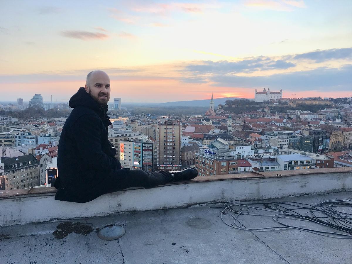 NO NAME mají nový klip Ži... a nech žít, Igor Timko kvůli němu vylezl na pražské a bratislavské střechy