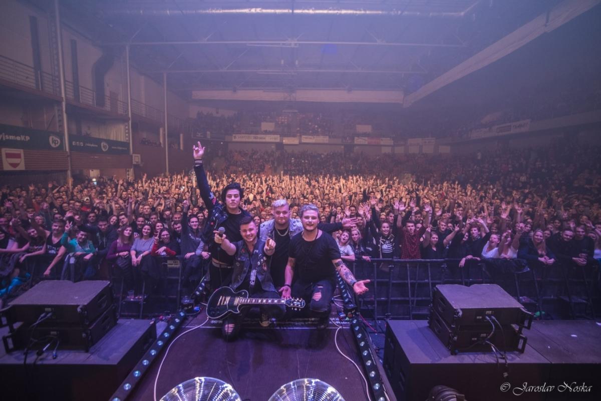 Sendwitch představují zbrusu nový videoklip Nahoru dolu plný pravé koncertní atmosféry a s featuringem Kuby Ryby!