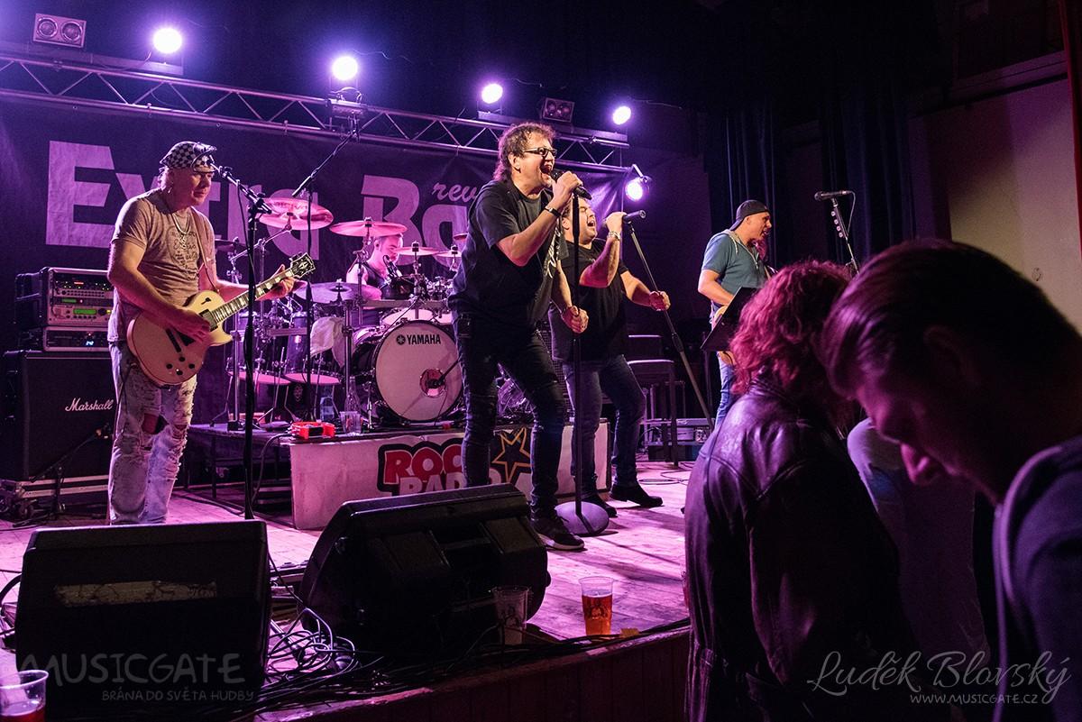 Kulturní dům v Losiné zaplnili fanoušci Extra Band revivalu