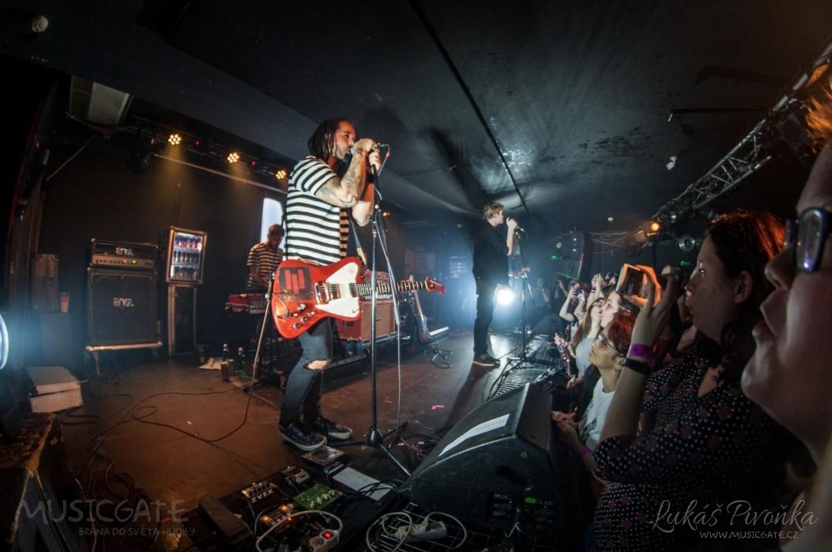 Klub zahalen do dýmu a mraky nadšených fanynek: Tak vypadal čtvrteční koncert kapely Mandrage v pražském Rock Café