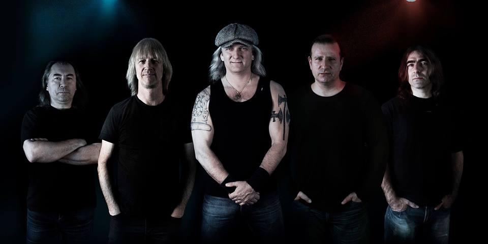 Zahájení letní sezony na letním parketu Makov s Špejbl's Helprs - AC/DC revival band