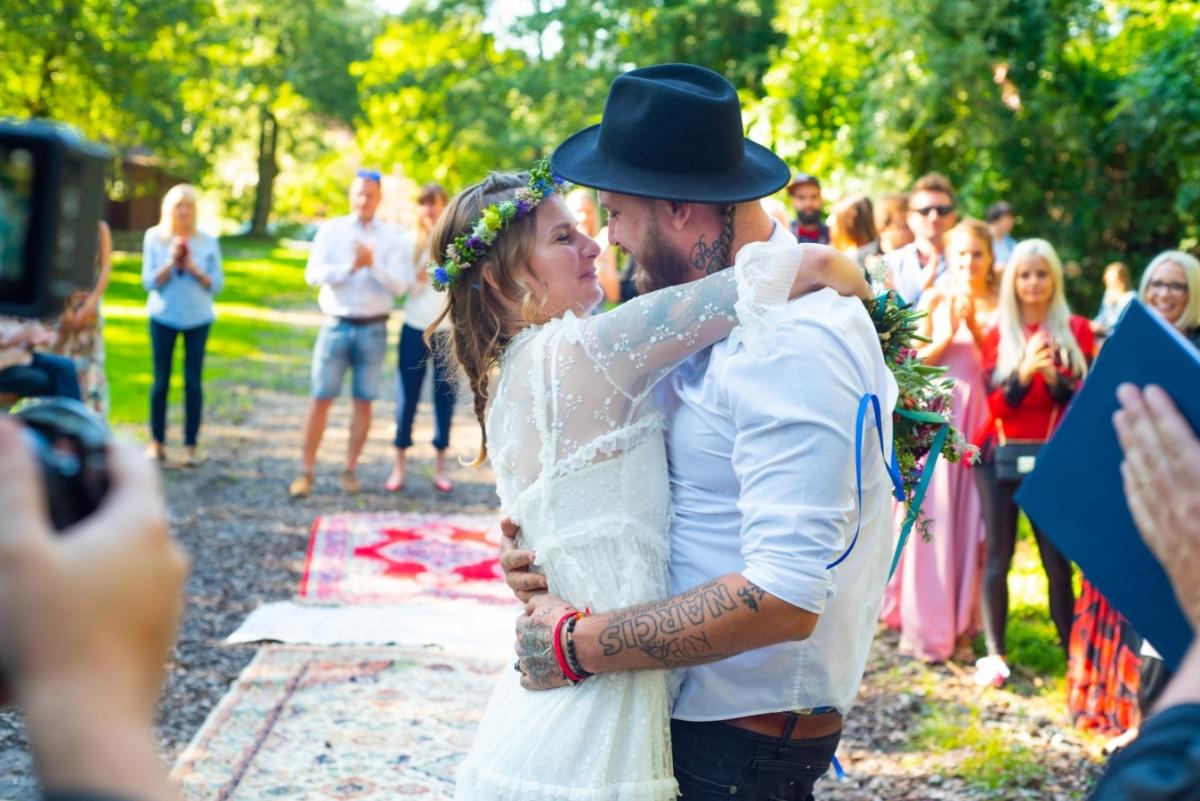 Kuba Ryba ze skupiny Rybičky 48 řekl své přítelkyni ano a ona jemu. Svatební zvony bily v rytmu punku!