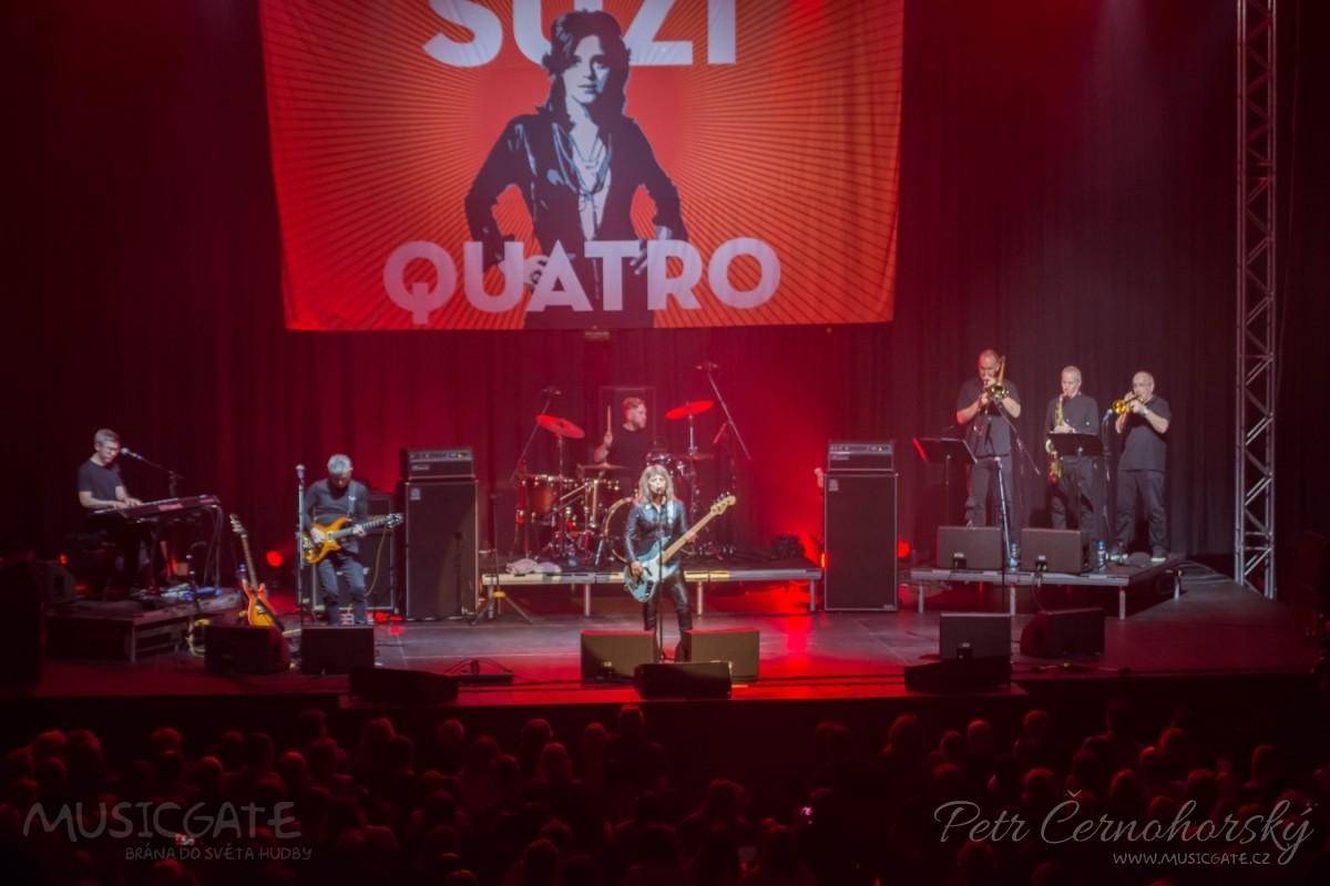 Suzi Quatro se svou Rock And Roll basou vyprodala velký sál Lucerny v Praze.