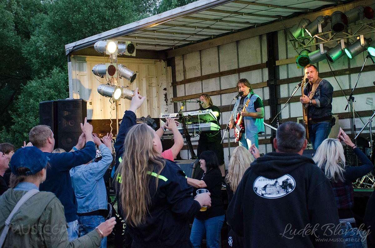 Povedená rocková tancovačka na šťáhlavické louce