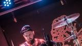 Pogo tour 2019 opětovně rozbourala pražský klub Rock Cafe (20 / 107)