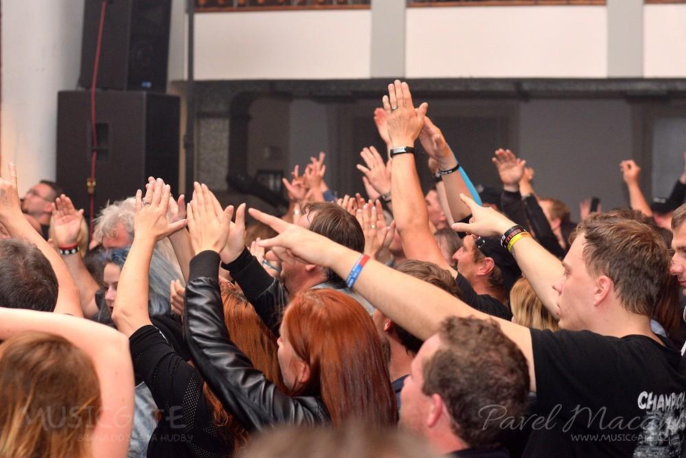 Nadšení fanoušci sborově zpívali, tančili, …