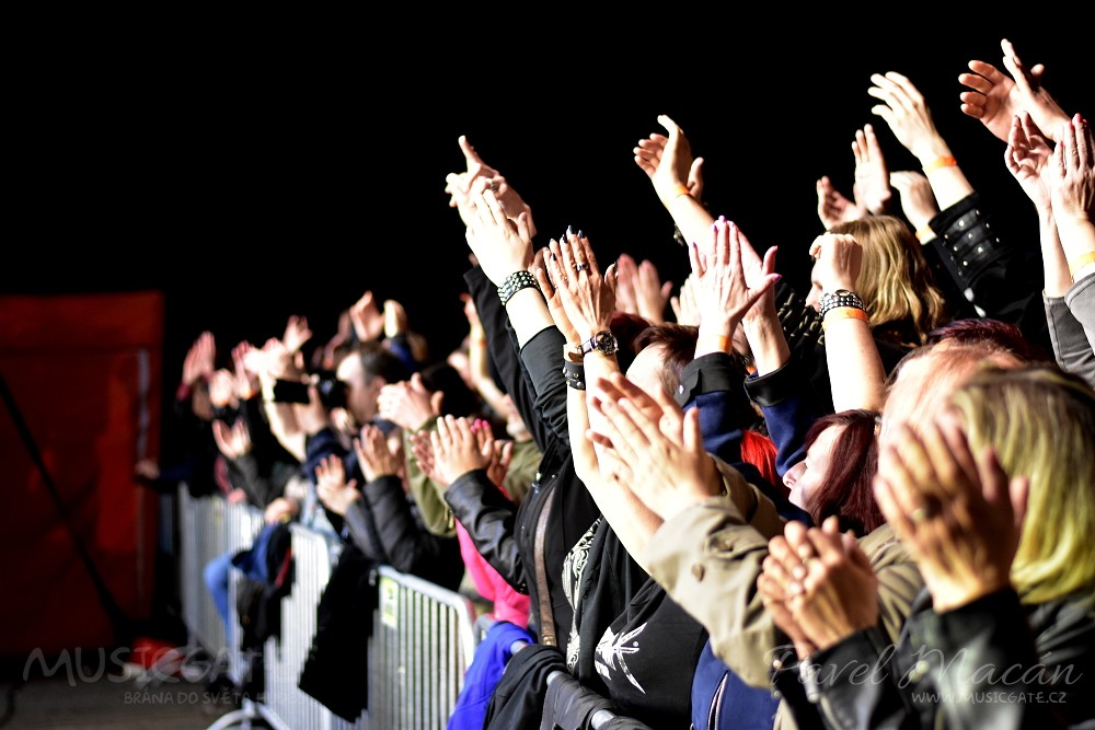 Nadšení fans byli ve varu, řvali texty hitů …