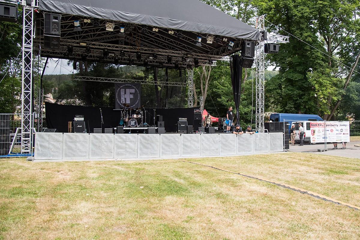 Prostorná stage těsně před vypuknutím hudební akce