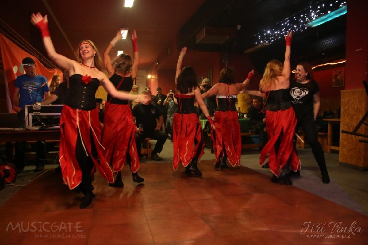 Další tanečně-kulturní vložka Zářících žen a …